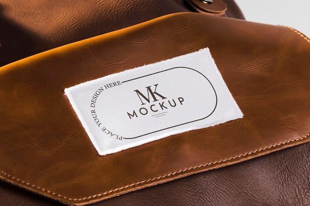Mock-up di patch per abbigliamento in tessuto su borsa in pelle