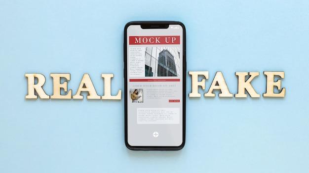 Смартфон с фейковыми новостями