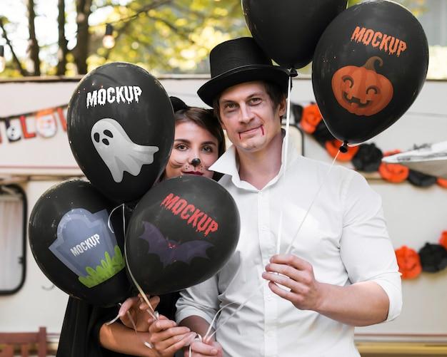 Отец и сын, одетые для макета хэллоуина