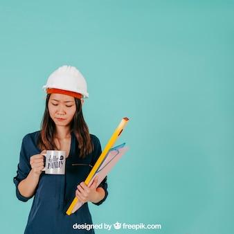 Architetto femmina con la tazza