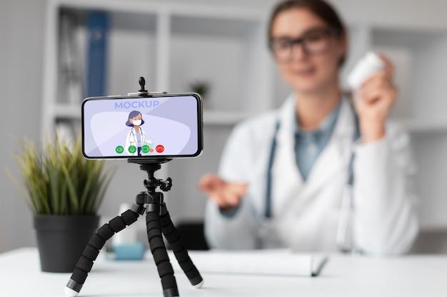 모형 스마트 폰 들고 여성 의사