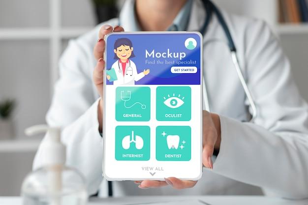 모형 태블릿에서 작업하는 여성 의사