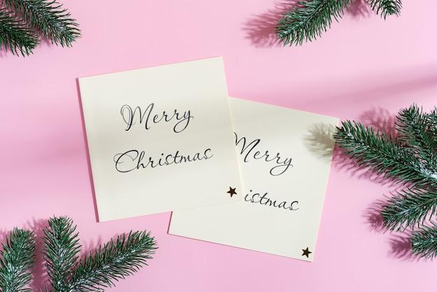 花輪とモミの小枝が付いたお祝いのクリスマスモックアップカード。