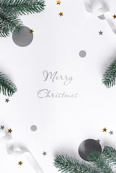 전나무 나뭇 가지와 빛나는 색종이와 축제 크리스마스 모형.