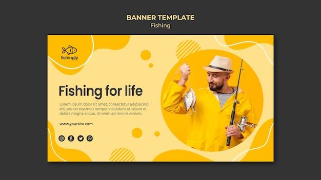 Рыбалка на всю жизнь человек в желтой рыбалке пальто баннер