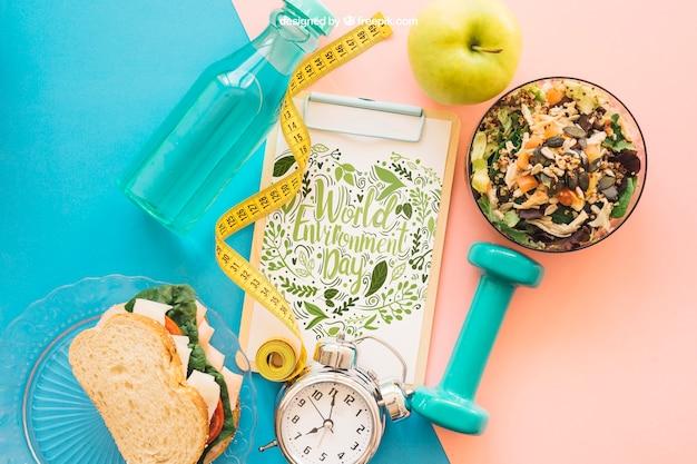 Mockup di fitness con appunti e insalata