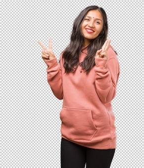 Фитнес молодая индийская женщина веселье и счастье