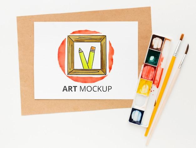 Плоский рабочий стол художника с акварельными красками
