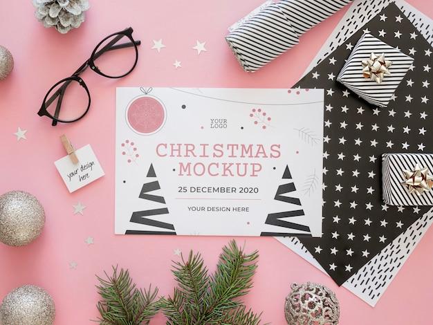 クリスマスイブの要素のモックアップのフラットレイの品揃え
