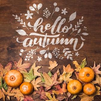 Плоские лежали осенние листья на деревянном фоне