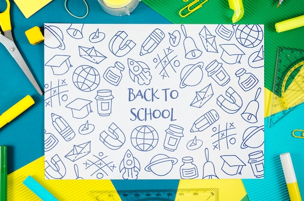 Piatto disteso a scuola con disegni