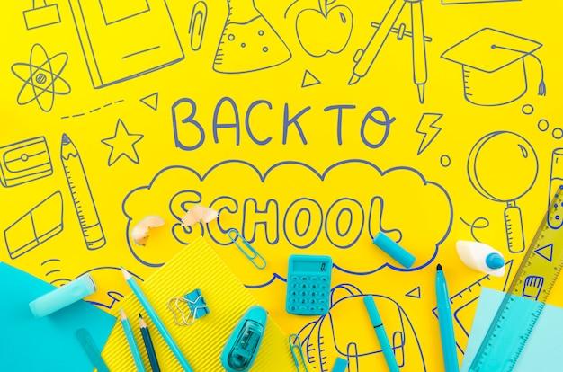 Piatto disteso a scuola con sfondo giallo