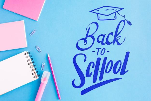 平らな事務用品と学校に戻る