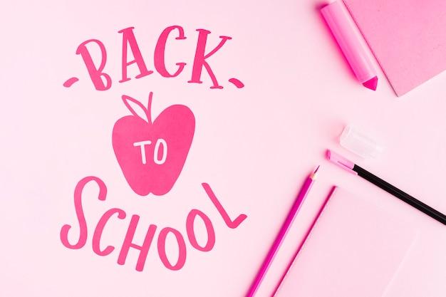 フラットはピンクの背景で学校に戻る