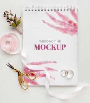 Piatto di laici bellissimo concetto di matrimonio mock-up