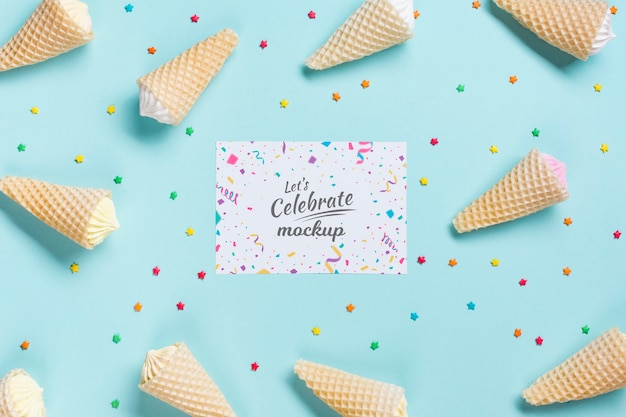 Concetto di compleanno piatto laico con gelato