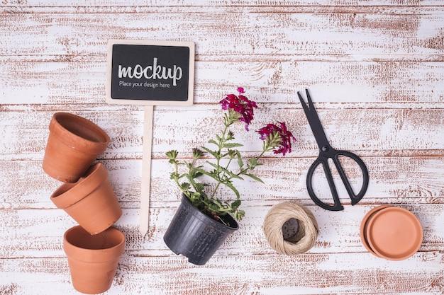 Mock-up di lavagna piatta con elementi di giardinaggio