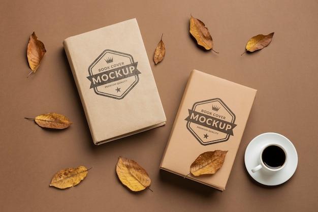 Плоские лежащие книги и расположение чашек кофе