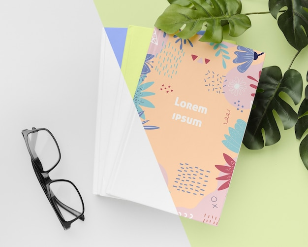 평평한 책과 안경 배치