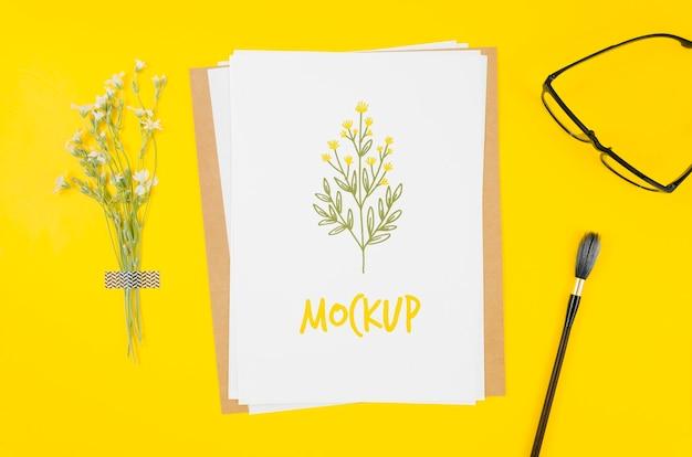 Mock-up botanico piatto laici sulla scrivania Psd Gratuite