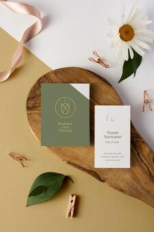 Плоские визитки на деревянной доске