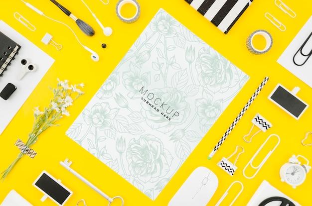黄色の背景にフラットレイアウトカードモックアップ