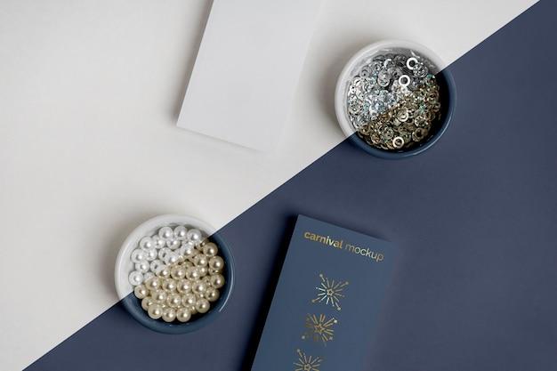 Lay piatto di invito di carnevale con perline