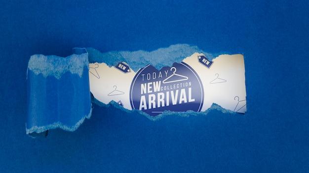 フラットレイ衣料品店新しい到着のモックアップ紙の上