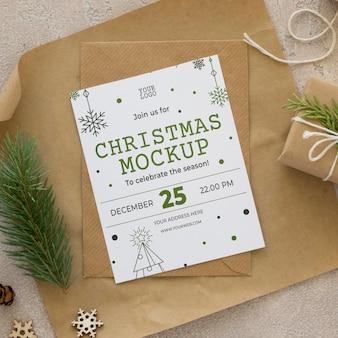 クリスマスイブの要素のモックアップのフラットレイ構成