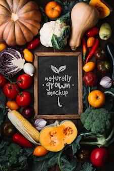 Плоский макет вкусных осенних фруктов и овощей