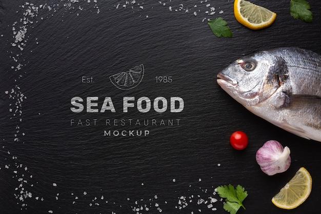 Плоский набор вкусных морепродуктов с макетом