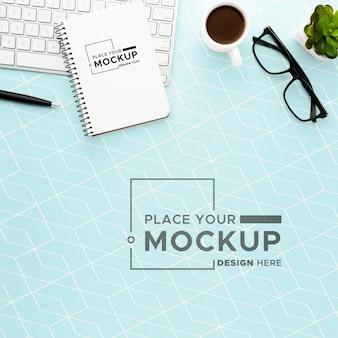 Disposizione piana del concetto di scrivania mock-up