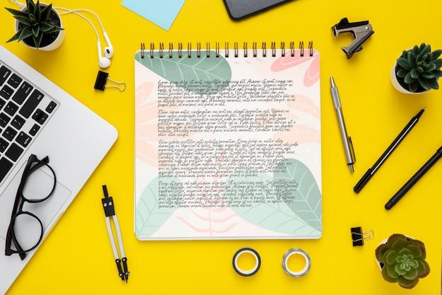 Disposizione piana della superficie della scrivania con laptop e occhiali