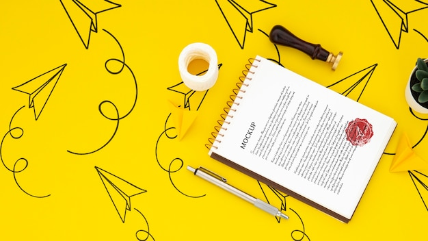Disposizione piana della superficie della scrivania con blocco note e sigillo