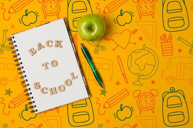 黄色の背景にノートブックでフラットレイアウト図面