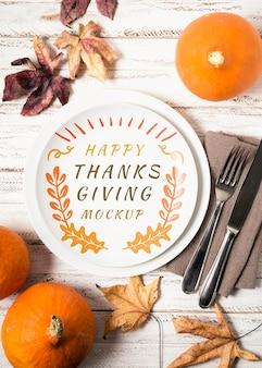 フラットレイフルーツと乾燥した葉の感謝祭のモックアップ