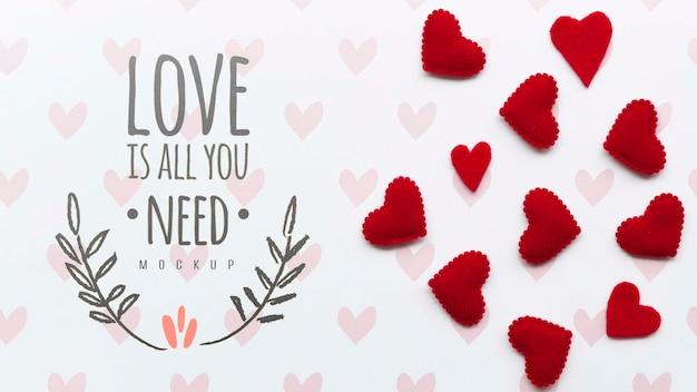 Disposizione piana delle decorazioni del cuore con il messaggio