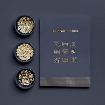 Lay piatto di invito di carnevale minimalista con assortimento di perline