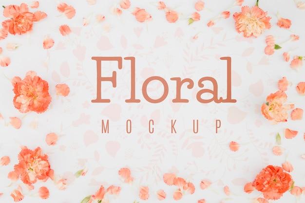 Плоский макет с лепестками и цветами