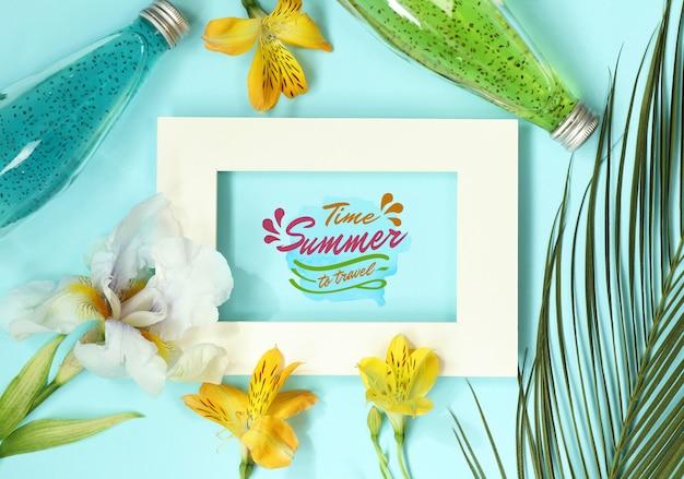 Плоская макетная рамка с пальмовыми листьями и бутылками для коктейлей