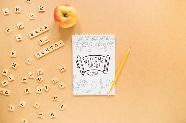 フラットレイアウトのノートとリンゴの配置
