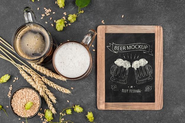 パイントと黒板とビールグラスのフラットレイ