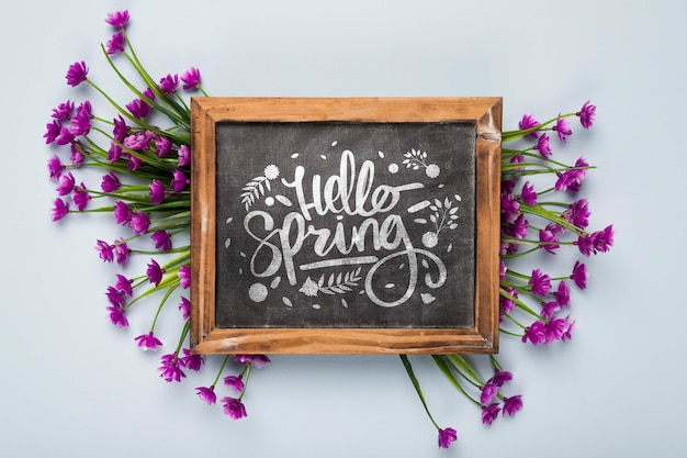 花と黒板のフラットレイアウト