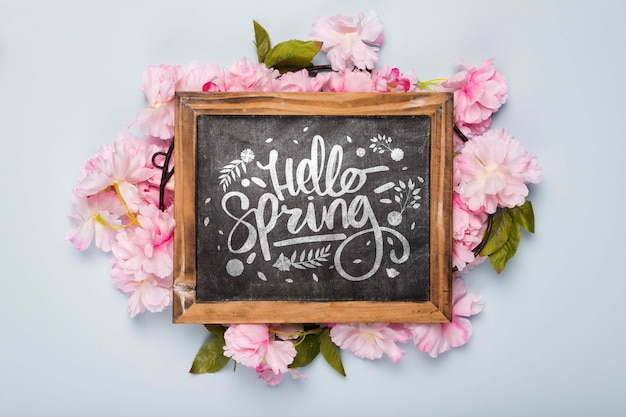 春の花と黒板のフラットレイアウト