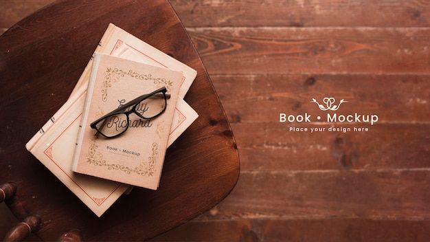 眼鏡をかけた本のフラットレイアウト