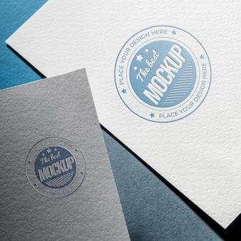 粗い紙にビジネスモックアップカードを平らに置く