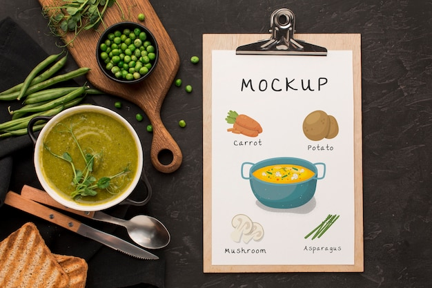スープのボウルとクリップボードのフラットレイ