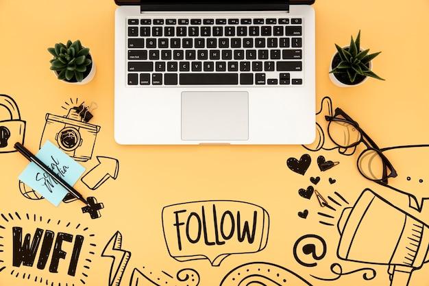ラップトップと植物の机の表面の平らなレイアウト