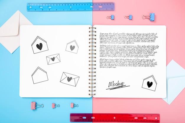 ノートと机の表面のフラットレイアウト