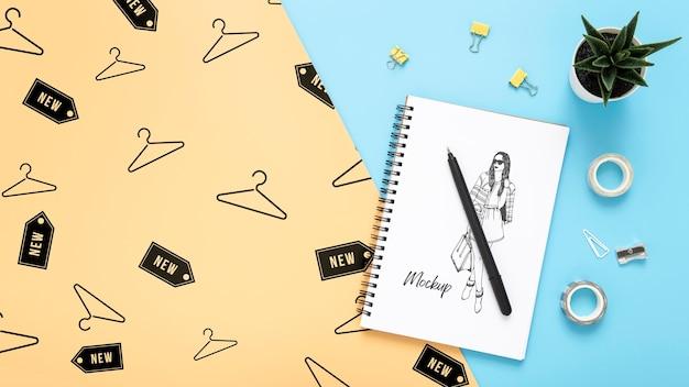 メモ帳とペンで机の表面を平らに置く